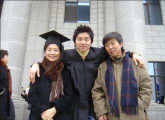 [新闻]170428 孔刘带家人首度访台 爸爸跟他长很像妈妈气质非凡