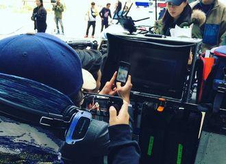 """[新闻]170429 池演员拍摄路透图公开 """"奇怪""""的调皮剧组"""