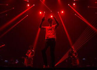 """[新闻]170429 """"我想""""巡回演唱会青岛站彩排照片曝光,和张杰一起开启疯狂模式吧!"""