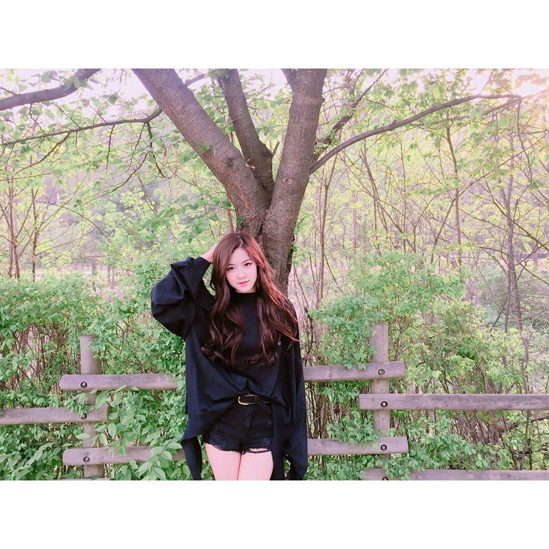 [分享]170430 绿树丛中盛开的鲜花  春日女神ROSÉ惊艳上线