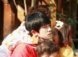 [新闻]170527 三只萌娃挂着千玺哥哥 温暖有爱的画面