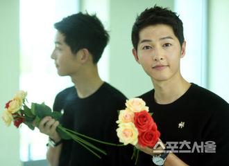 [新闻]170622 宋仲基祝贺《首尔体育》创刊32周年!手握玫瑰的宋小哥!