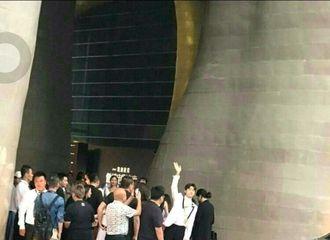 [分享]170622 还有后续?!李易峰被保安制止握手后回头对粉丝招手