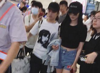 [新闻]170623 杨幂上海出发 少女幂大长腿无敌