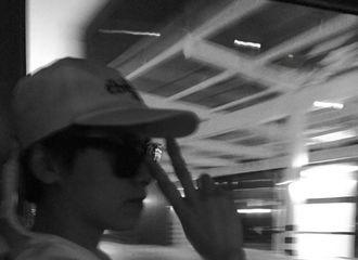 [新闻]170624 李易峰熬夜赶飞机凌晨更博 调皮比耶成功解锁新地点