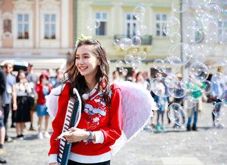 [分享]170626 挥着翅膀的Angelababy 在布拉格为你写一页童话