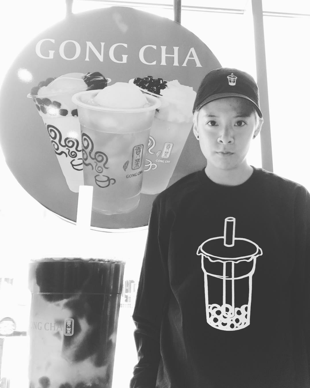 [分享]170725 无法放弃对奶茶的爱  T恤和背景都是奶茶的Amber