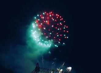 [新闻]170727 良药分享夜空中的烟火 闪耀夜空的美景