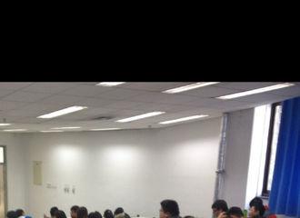 [新闻]170728 白敬亭学生时期照曝光 小黄毛专心致志看柯南