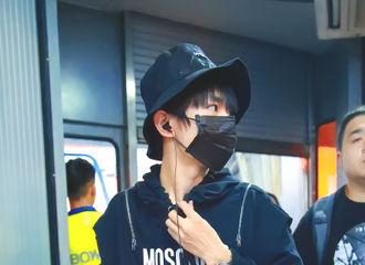 [新闻]170820 易烊千玺近日机场时尚穿搭 低调又酷炫的黑色酷潮十足!