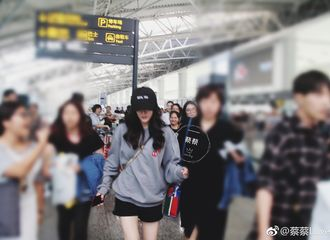 [新闻]170916 迪丽热巴广州飞北京预览 换回执念的黑色休闲风