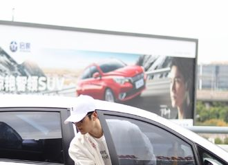 [新闻]171112 陈学冬休闲亮相上海机场 粉丝为不穿秋裤的陈三岁操碎心