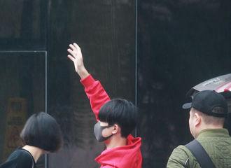 [新闻]171118 千玺今日《快本》上班 红衣少年挥手显笑意