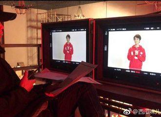 [新闻]171118 王俊凯宣传片录制现场 身穿红色卫衣手抱拳恍如报喜