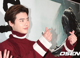 [新闻]171121 红色毛衣魅力男!李钟硕出席电影《逆反:叛乱的时代》VIP试映会