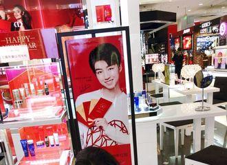 [分享]180107 王俊凯广告牌投放  引来迷妹围观