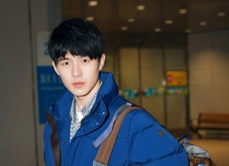[新闻]180118 满满少年感!刘昊然蓝色大衣现身巴黎机场