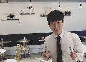 [分享]180118 恩光火速开启工作模式 飞新加坡为咖啡店做宣传