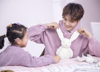 [新闻]180317 爱心大使徐海乔花絮照曝光 暖心陪伴小朋友笑容满分