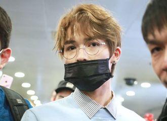 [新闻]180328 朱正廷现身北京机场清爽出发 又是美貌认真营业的一天