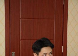 柠檬视频[新闻]180402 新鲜魏晨哥送上 手拿剧本身着白衣很帅气
