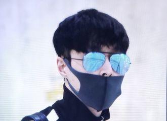 [新闻]180421 韩国机场到达 小骄傲这是要去搞音乐了吧!