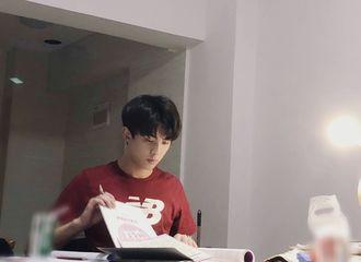 [新闻]180423 高三生的备考日常:专注做题的红衣少年吴磊帅气满分