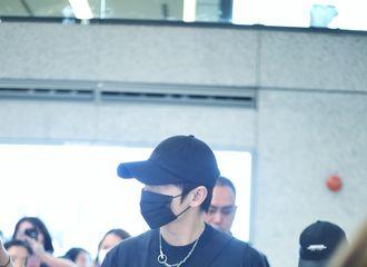 [分享]210429 那年今日|杨洋上海出发飞北京 全黑装扮十足cool boy