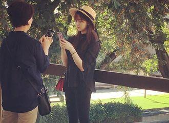 [分享]180519 拍摄画报兼旅行 粉丝街头偶遇金所炫和妈妈