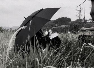 [新闻]180526 侯明昊今日上山拍戏 天气炎热需大伞防晒