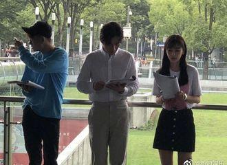 [新闻]180623 网友偶遇Baby上海南站拍新戏 穿短裙长腿纤细似少女