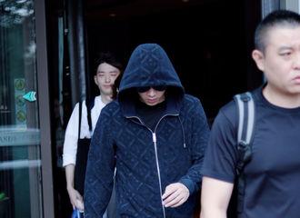 [新闻]180624 李易峰继续开工不停歇  面带笑容状态不错