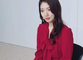 [分享]180903 一袭红裙亮相品牌活动现场 朴信惠展现漂亮大气的姿态