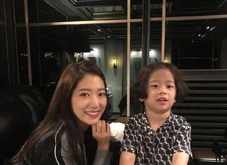 [新闻]180923 朴信惠和小童星的合照公开 两个可爱鬼的温暖同框