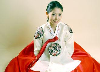 """[新闻]180924 """"这是冻龄美女吧?""""朴信惠10年前韩服造型大公开"""
