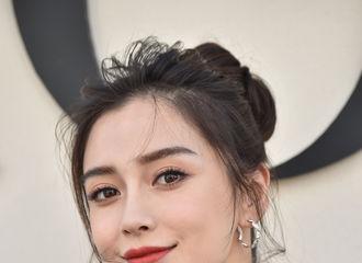 [新闻]180925 angelababy一袭黑裙出席品牌秀 确认过眼神是优雅的迷人典范了!