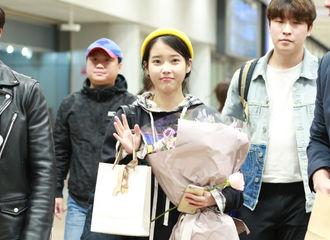 [新闻]181019 不仅来了还给带吃的!IU顺利抵达北京首都机场