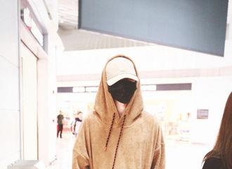 [新闻]181020 蔡徐坤飞首尔出发 软乎乎的小熊可可爱爱