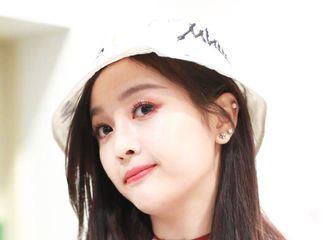 [新闻]190217 吴宣仪粉紫色毛衣白色渔夫帽现身机场,少女感满分