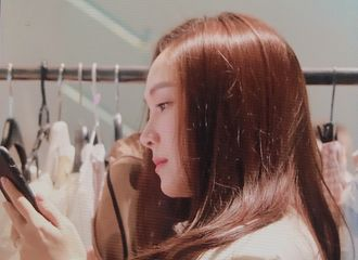"""[分享]190223 亲自助阵公益事业 Jessica郑秀妍现身跳蚤市场""""店巡""""很开心"""