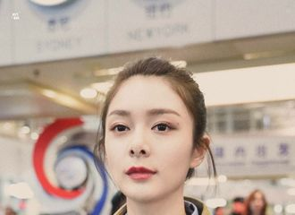 [新闻]190226 傅菁昨晚北京飞巴黎开启时装周之旅 机场小傅好美一女的!