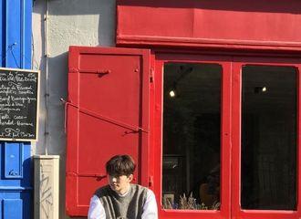 [分享]190228 俊昊去年巴黎存照公开 沐浴在阳光下的街头美男