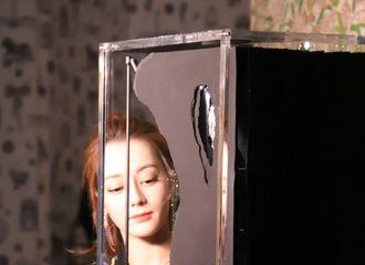 [新闻]190418 迪丽热巴亮相香奈儿珠宝展 认真看展览的好奇宝宝
