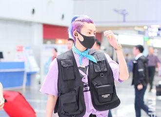 [新闻]190524 紫色小精灵出现了!你的紫发酷盖小鬼现身机场飞往西安