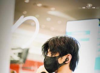 [新闻]190525 蔡徐坤北京时间24日飞往多伦多 红黑丝绒套装洋溢少年魅力