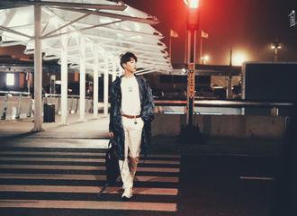 [新闻]190621 马路走成T台的男人 陈立农深夜飞往巴黎向时装周出发
