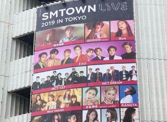 [分享]190625 SM东京巨蛋演唱会巨幅海报公开 超级期待这个夏天!