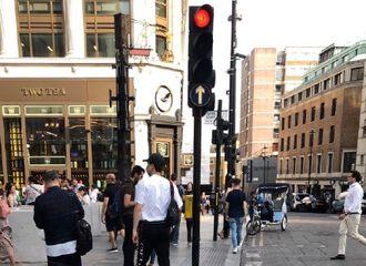 [新闻]190713 白敬亭被路人偶遇 在伦敦中国城随意行走的白boss