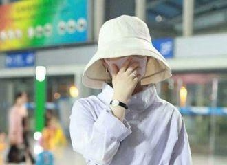 [新闻]190716 赵丽颖现身北京机场 身材依旧纤细似少女