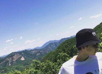 [新闻]190717 尼克杨发微博艾特白敬亭 小白评论晒穿其表情包T恤游客照